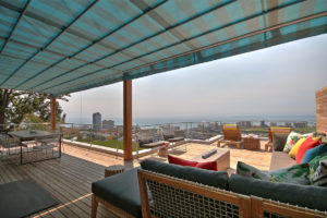 Green Point Apartment : Large Wooden Deck Terrace 29