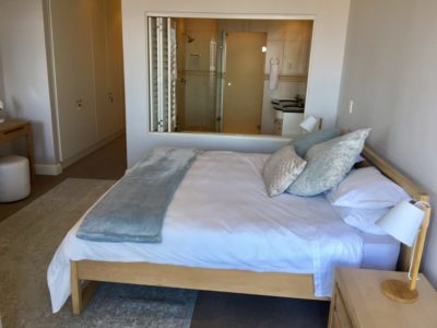 Mouille Point Apartment : Main bedroom